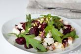 Салат со свеклой, козьим сыром и рукколой