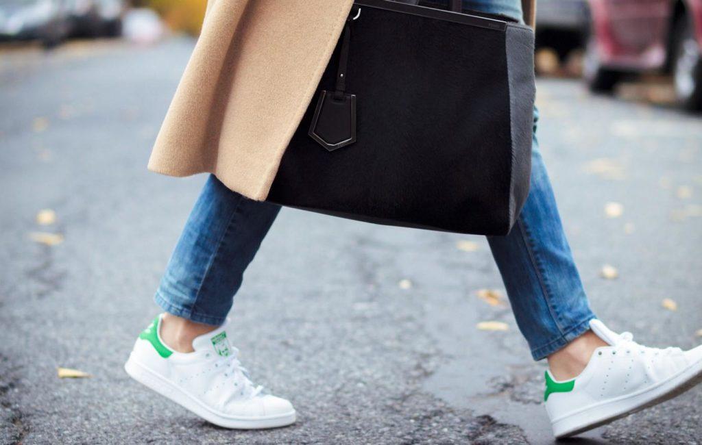 Пальто и кроссовки — модный тендем