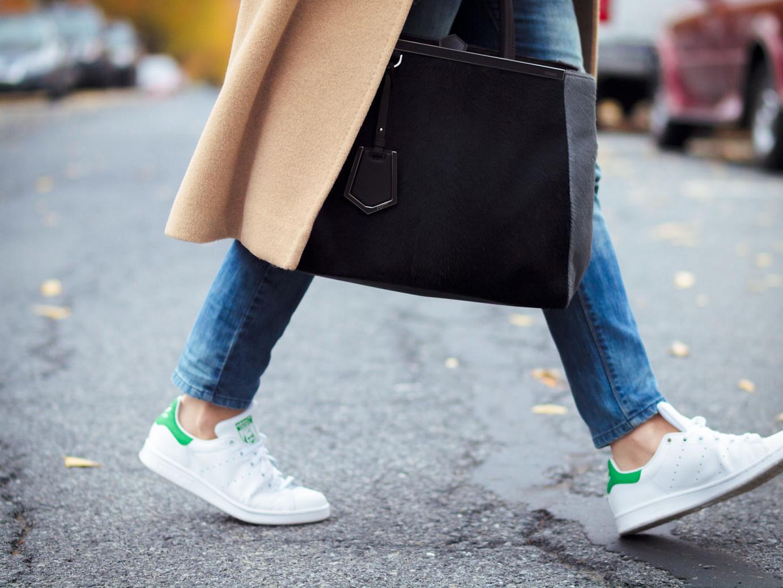 кроссовки и пальто