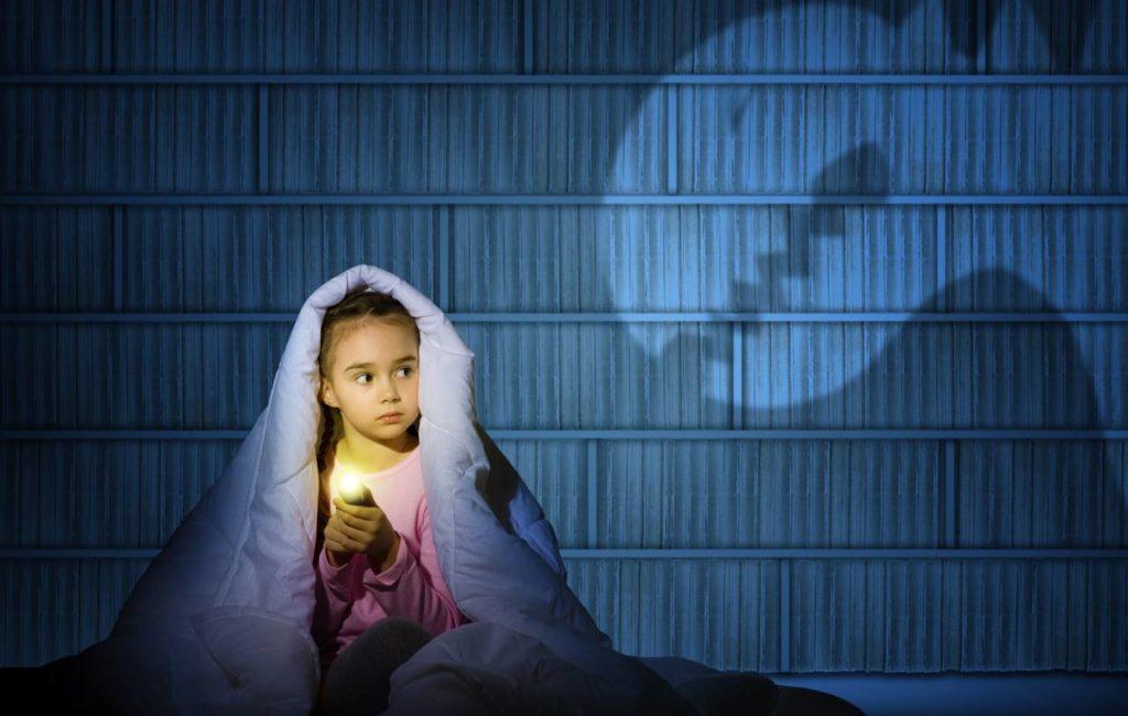 Ребенок боится темноты: как прогнать чудовище из-под кровати?